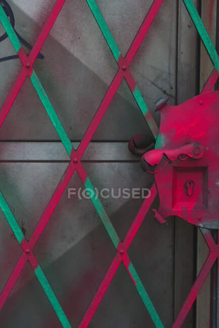 Rejilla pintada sobre puerta - foto de stock