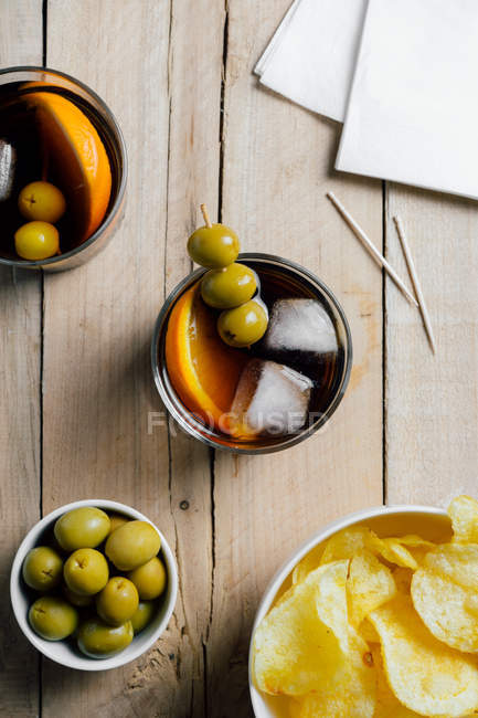 Cocktails und Snacks serviert auf Holztisch — Stockfoto