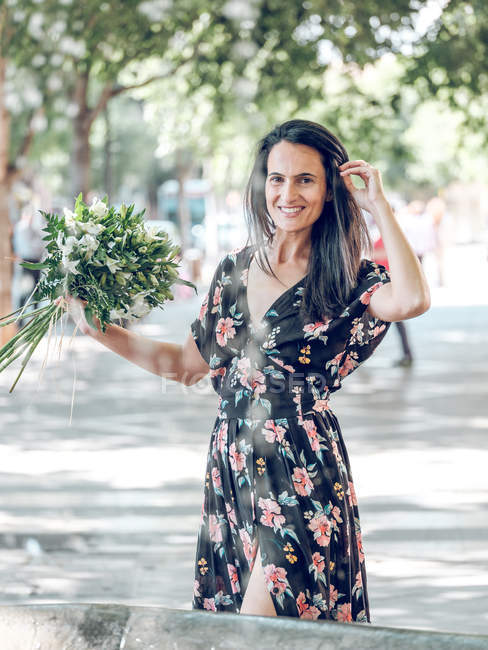 Привлекательная женщина с букетом цветов — стоковое фото