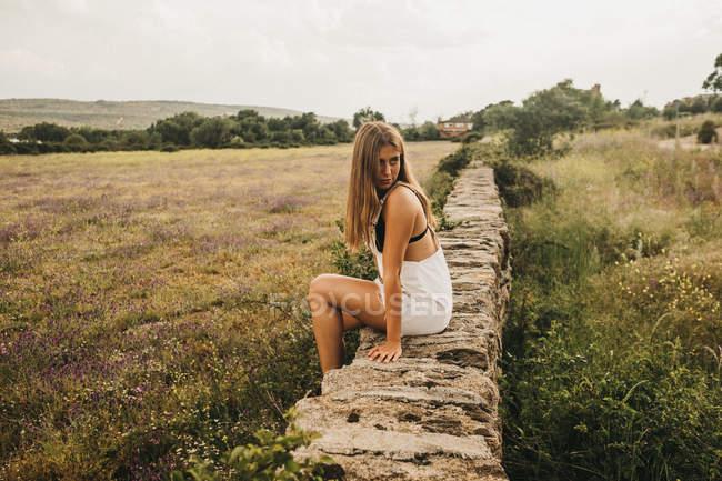 Jovem mulher em geral na natureza de verão — Fotografia de Stock