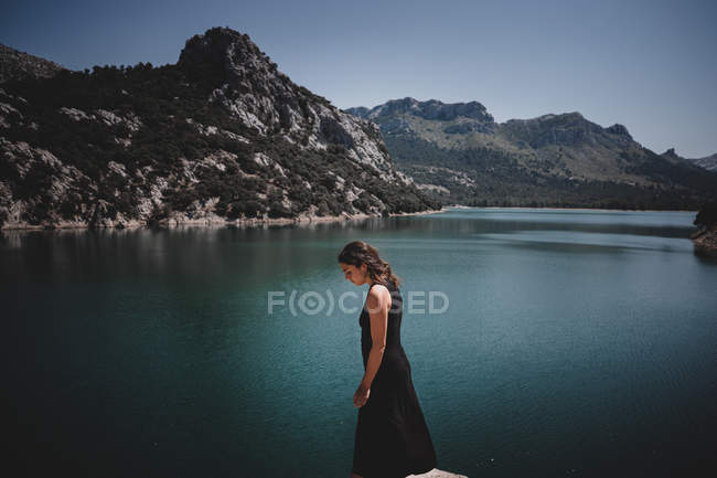 Young woman looking at sea — Stock Photo