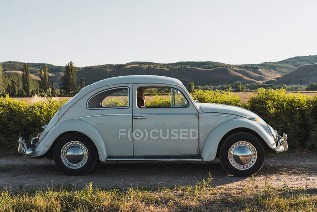 Side view of vintage car in countryside — Stock Photo