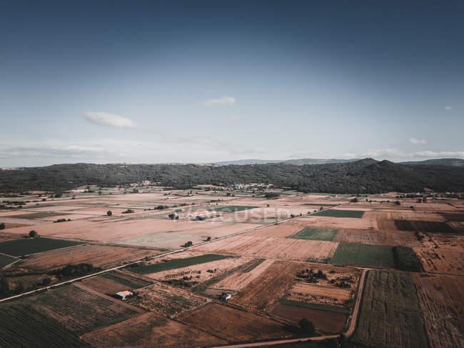 Vue par drone de champs agricoles étonnants près de collines pendant la journée nuageuse en Galice, Espagne — Photo de stock