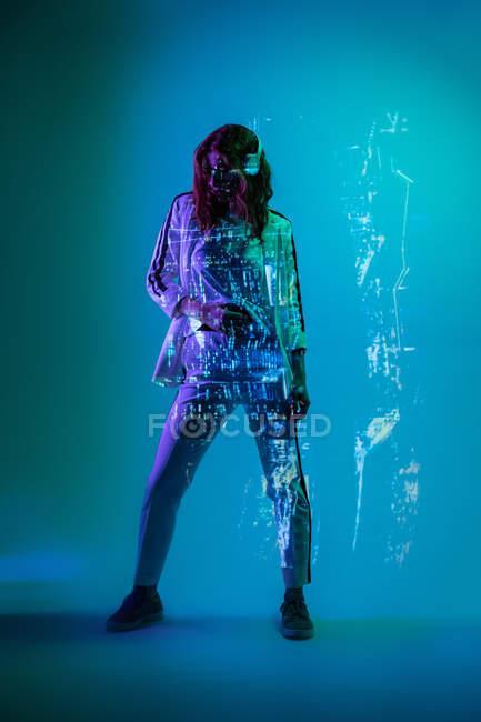 Жінка в навушниках постановки в неонові світла — стокове фото