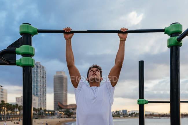 Мужчина-спортсмен тренируется в спортзале — стоковое фото