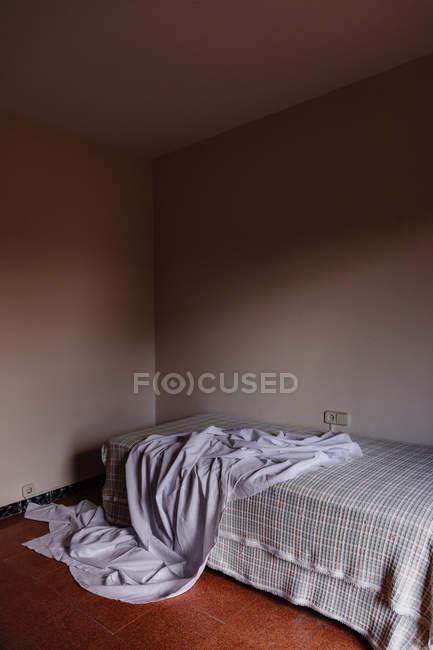 Costume de fantôme pour Halloween sur le lit dans la chambre — Photo de stock
