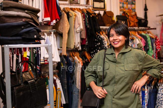 Красивая азиатка смотрит в камеру в магазине — стоковое фото