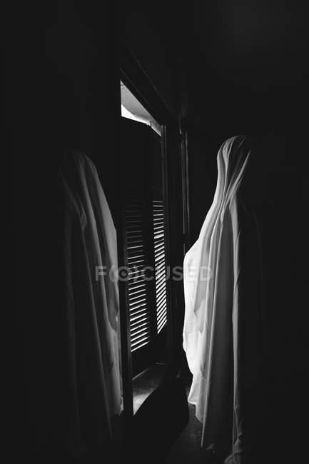 Personne déguisé en fantôme pour moyenne d'Halloween en chambre noire — Photo de stock