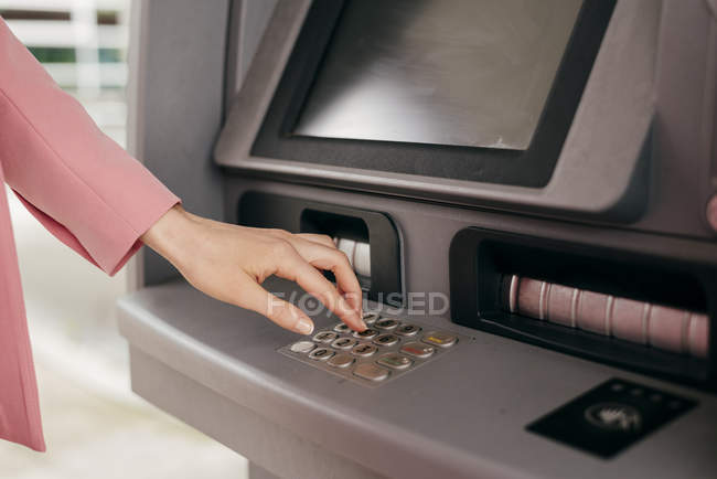 Жіночий рука введення PIN-коду в банкоматі машина операційних кредитною карткою — стокове фото
