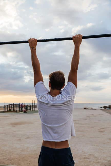 Um atleta masculino trabalha em um ginásio externo — Fotografia de Stock