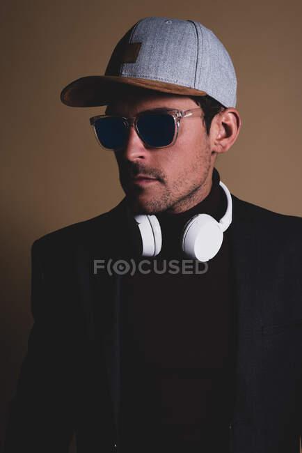Jeune homme d'affaires dans un studio sur un téléphone portable — Photo de stock