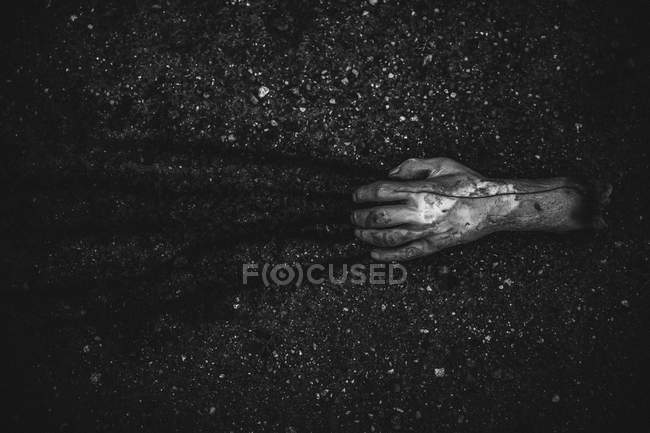 Sangrienta mano cortada arrastrando en el suelo - foto de stock