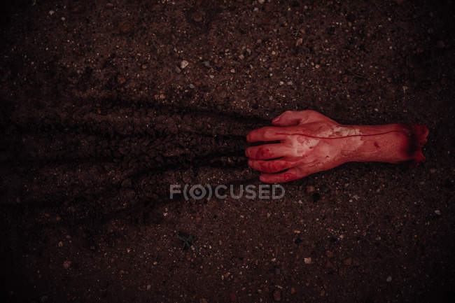 Sangrento corte mão arrastando no chão — Fotografia de Stock