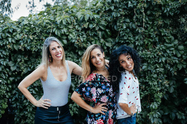 Трое друзей вместе позируют на улице — стоковое фото