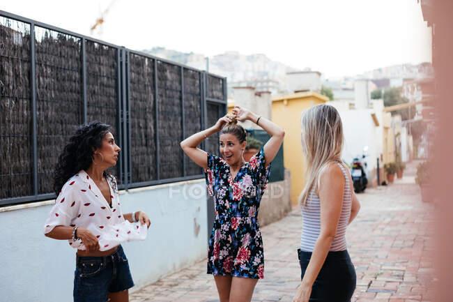 Três meninas se divertindo na rua — Fotografia de Stock