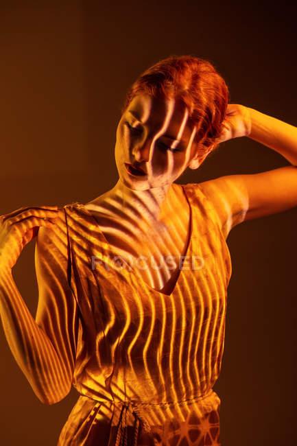 Чуттєвий елегантна жінка позує в тепле світло — стокове фото