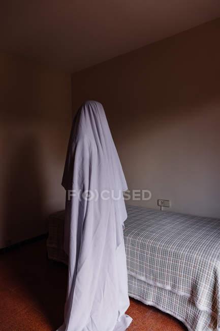 Personne déguisé en fantôme pour moyenne d'Halloween dans la salle — Photo de stock