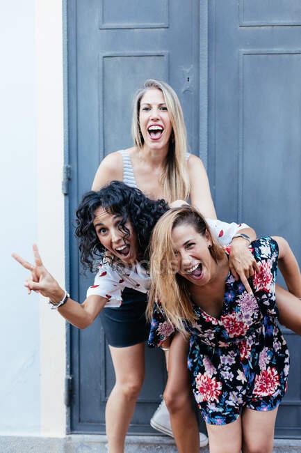 Три девушки веселятся на улице — стоковое фото