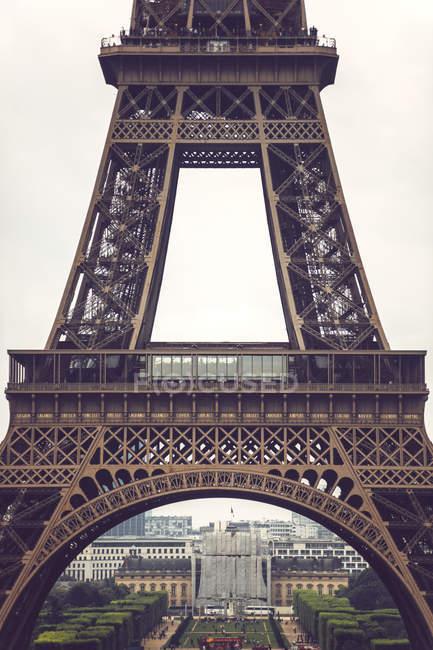 Подвальный этаж Эйфелевой башни городской пейзаж на фоне, Париж, Франция — стоковое фото