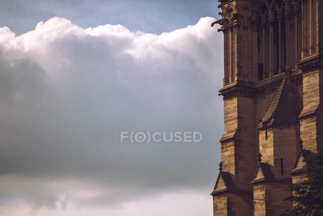 Muro di Notre Dame de Paris sullo sfondo del cielo nuvoloso, Parigi, Francia — Foto stock