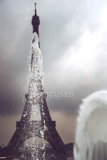 Fountains of Trocadero Gardens on background of Eiffel Tower, Paris, France — Stock Photo