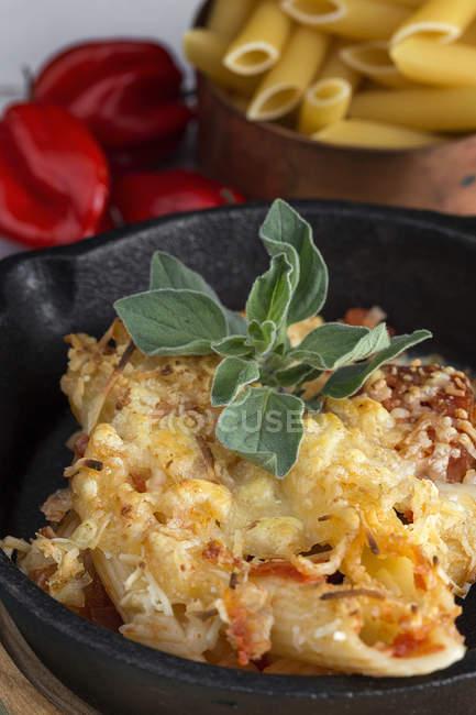 Italian macaroni with cheese and chorizo in pan — Stock Photo