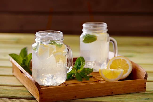 Vassoi In Legno Con Vetro : Vassoio in legno con vetro tazze di raffreddamento limonata fatta