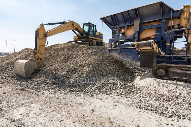 Bruchland mit schweren Industriemaschinen auf Baustelle — Stockfoto