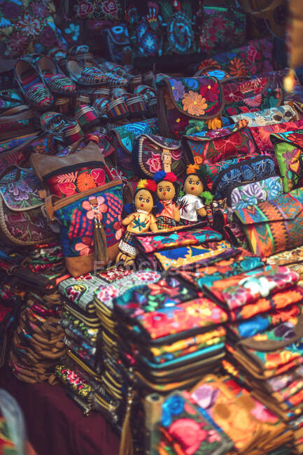 Piles of beautiful bright bags and purses lying on market stall in San Cristobal de las Casas in Chiapas, Mexico — Stock Photo