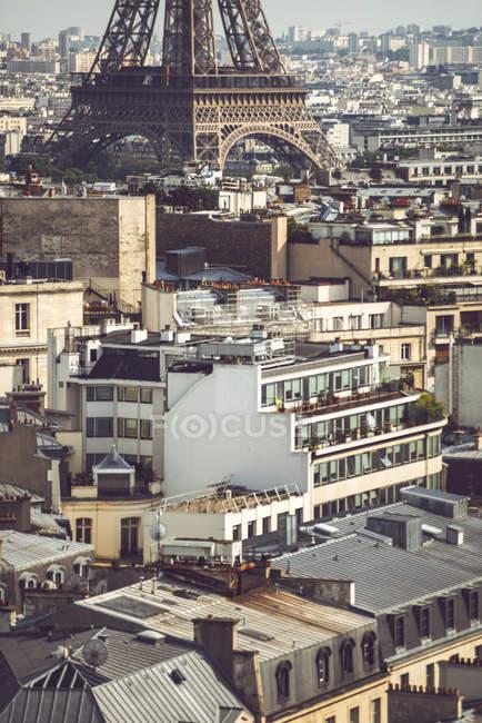 Sous-sol de standing de la Tour Eiffel parmi les édifices sur fond de paysage urbain à Paris, France — Photo de stock
