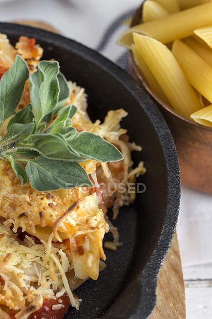 Italien macaroni au fromage et chorizo en pan — Photo de stock