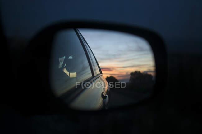 Bela vista da natureza e céu à noite refletindo no espelho do carro. — Fotografia de Stock