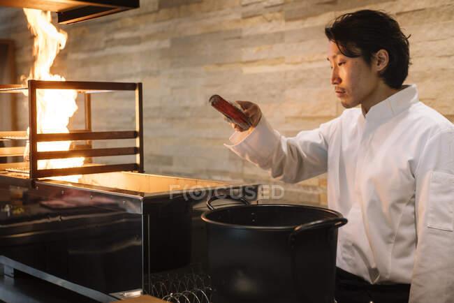 Chef cooking in restaurant preparing coal — Stock Photo