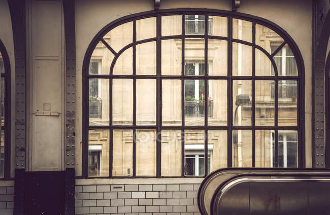 Grande finestra dall'interno con vista sulla facciata della casa — Foto stock