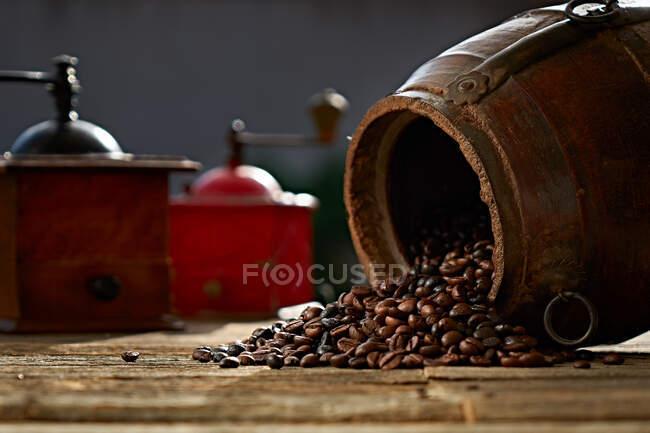 Kaffeebohnen und Vintage-Mühle — Stockfoto