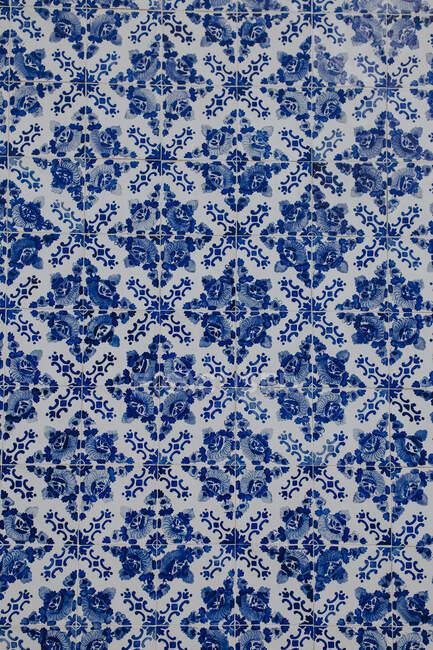 Parede bonita decorada com belas telhas ornamentais de cores azuis e brancas — Fotografia de Stock