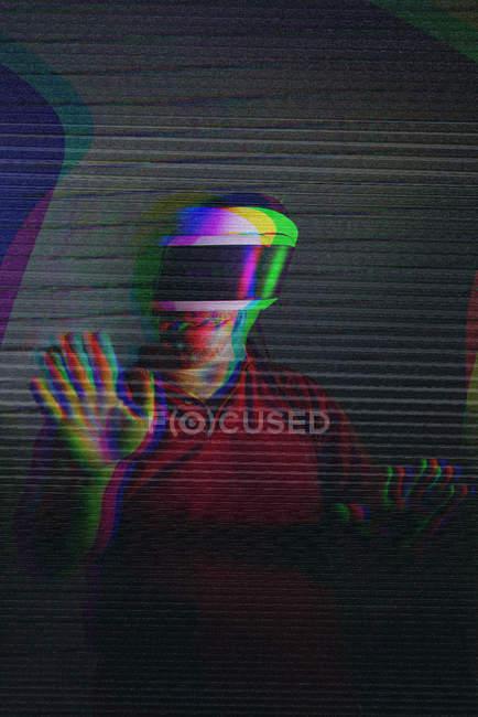 Uomo prova occhiali VR su sfondo scuro — Foto stock