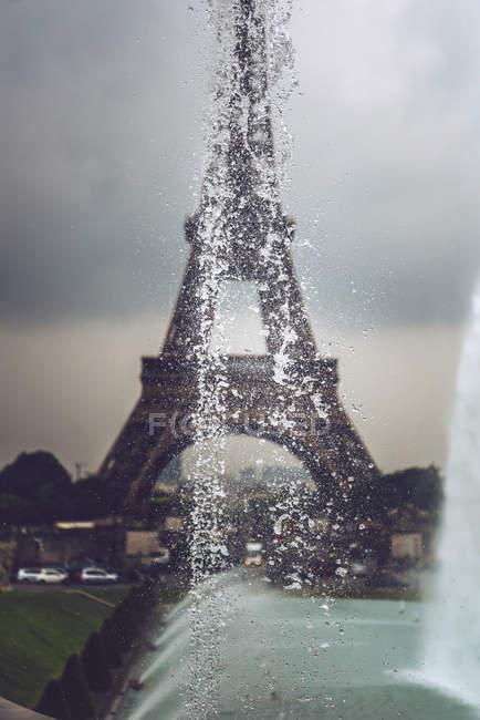Fontaines des jardins du Trocadéro sur fond de tour Eiffel, Paris, France — Photo de stock