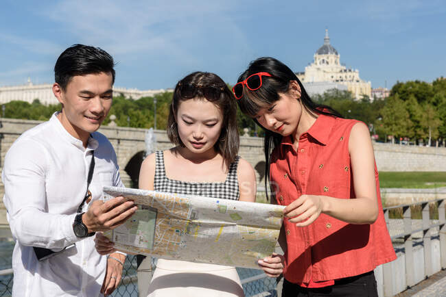 Turisti asiatici che leggono mappa nel parco — Foto stock