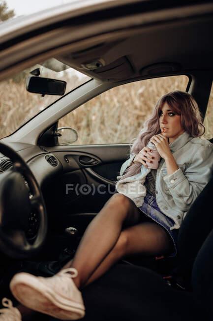 Погляд на молоду сучасну жінку з рожевою зачіскою, що п