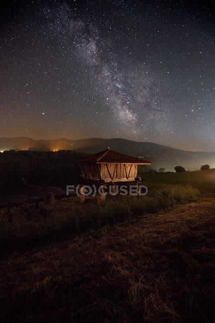 Pequeña cabaña en el campo bajo el magnífico cielo estrellado, Asturias, España - foto de stock