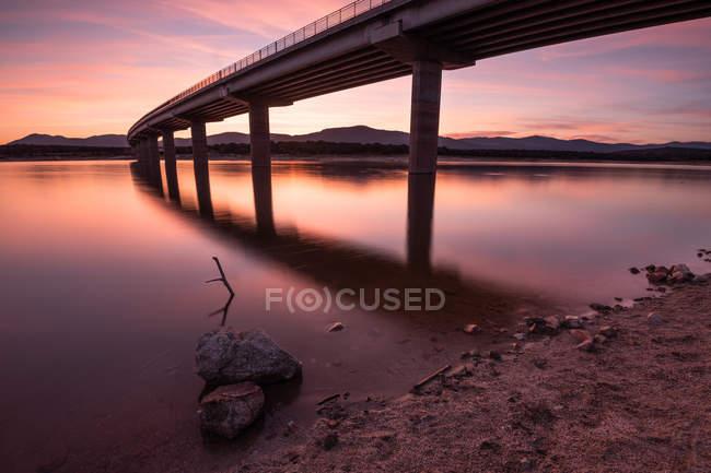Valmayor réservoir sous un ciel spectaculaire au coucher du soleil, Espagne — Photo de stock