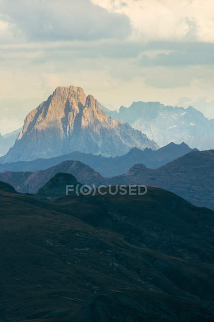 Silhouette of spectacular rocky mountains on cloudy day — Stock Photo
