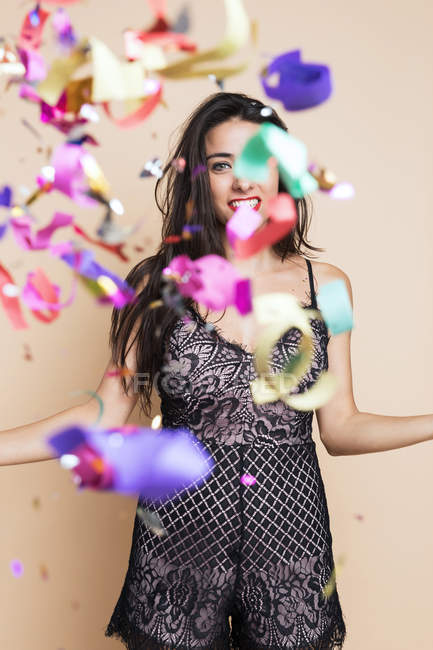 Портрет щасливі молоду жінку в святкове убрання з розтяжки — стокове фото
