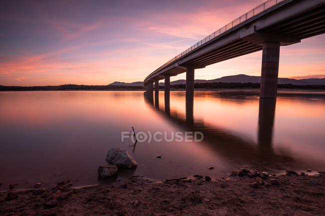 Valmayor reservatório sob céu dramático ao pôr-do-sol, Espanha — Fotografia de Stock