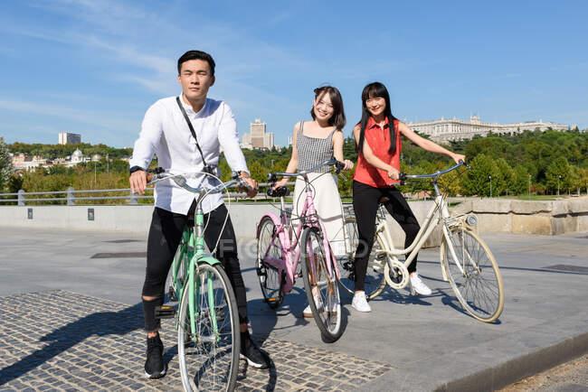 Gente asiática con bicicletas — Stock Photo