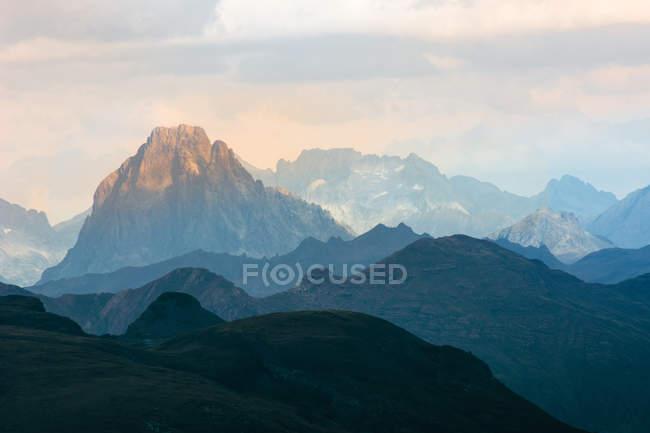 Silueta de espectaculares montañas rocosas en día nublado - foto de stock