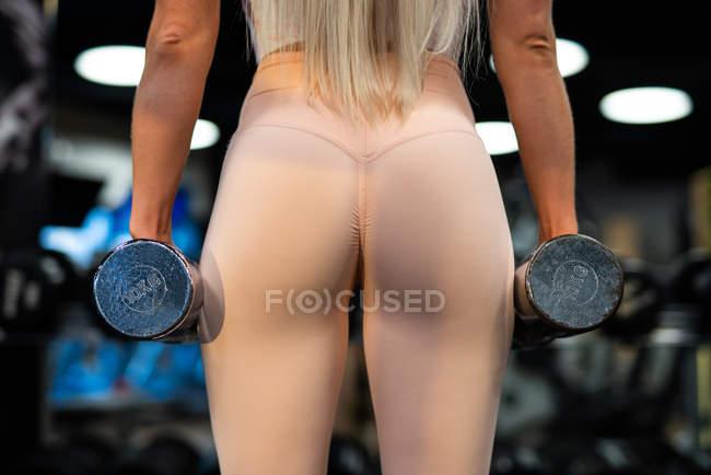 Primer plano de la deportista haciendo ejercicio en el gimnasio - foto de stock