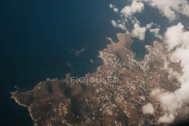 Вид земли рядом с голубой водой, Миконос, Греция — стоковое фото