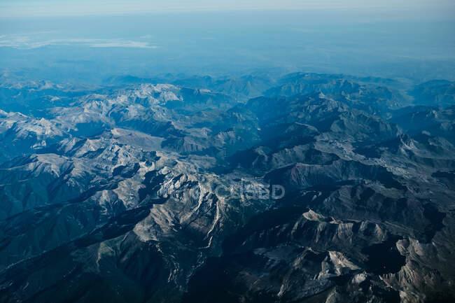 Vue aérienne pittoresque sur le paysage avec de nombreuses montagnes — Photo de stock